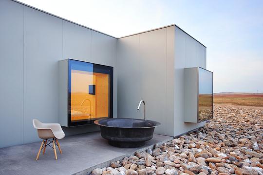 l 39 h tel aire de bardenas des cubes en pr fabriqu au milieu du d sert floriane lemari. Black Bedroom Furniture Sets. Home Design Ideas