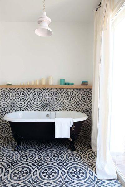 Les carreaux de ciment habillent la salle de bain - Carreau de ciment salle de bain ...