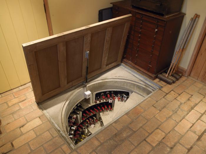 Un passage secret non une cave vin dissimul e dans le sol floriane l - Passage secret maison ...