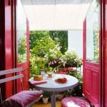salon-ouvert-sur-petit-balcon-fleuri-rose-parme1