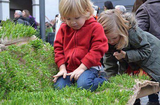 Une pelouse portable dans le paysage urbain