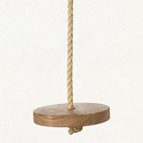 Une balançoire avec une corde et du bois