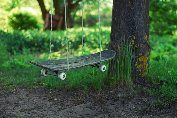 Une balançoire avec un skateboard