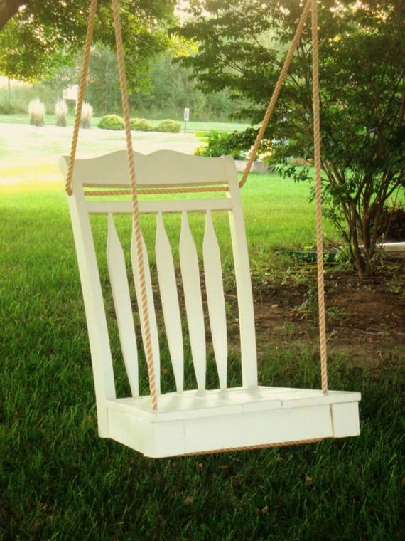 Une balançoire avec une chaise