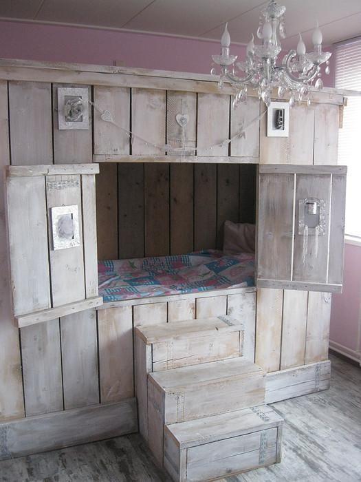 l 39 id e d co du samedi un lit cabane avec des palettes floriane lemari. Black Bedroom Furniture Sets. Home Design Ideas