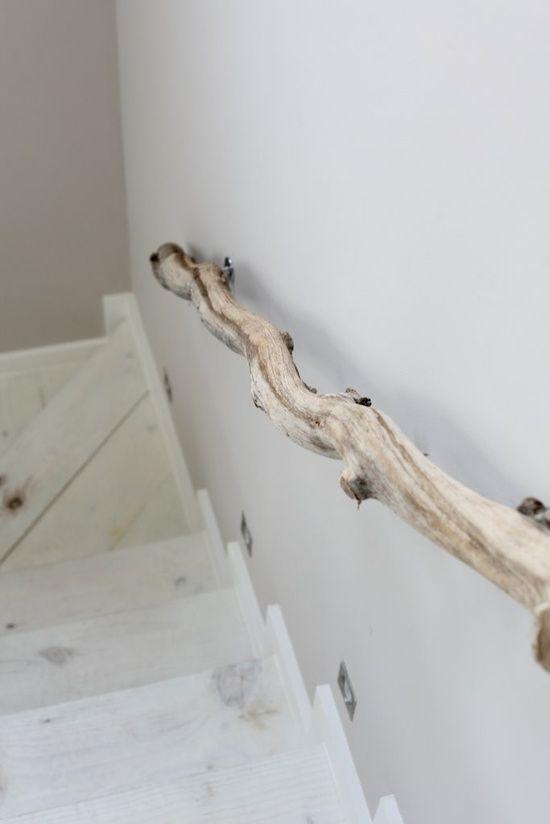L\'idée déco du samedi : une rampe d\'escalier en bois flotté ...