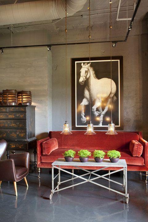 Un canapé rouge au salon - Floriane Lemarié