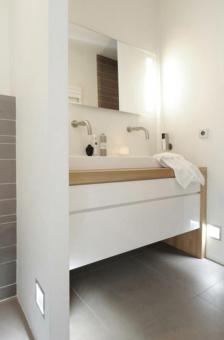 des salles de bain tout en blanc et bois floriane lemari. Black Bedroom Furniture Sets. Home Design Ideas