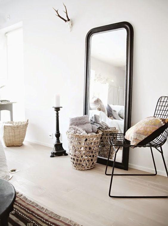 des miroirs pos s sur le sol floriane lemari. Black Bedroom Furniture Sets. Home Design Ideas